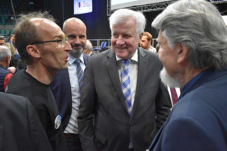 Stefan Daubner im Gespräch mit Bundesinnenminister Horst Seehofer und Milan Horácek (ehemaliger Berater Václav Havels), die sich begeistert von dem Projekt zeigten (Foto: Kilian Hofrichter)