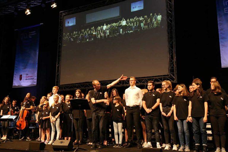 Das gesamte Ensemble beim  Auftritt am Sudetendeutschen Tag am 8.6.2019 in der Donau-Arena in Regensburg (Foto: Michael Santifaller)